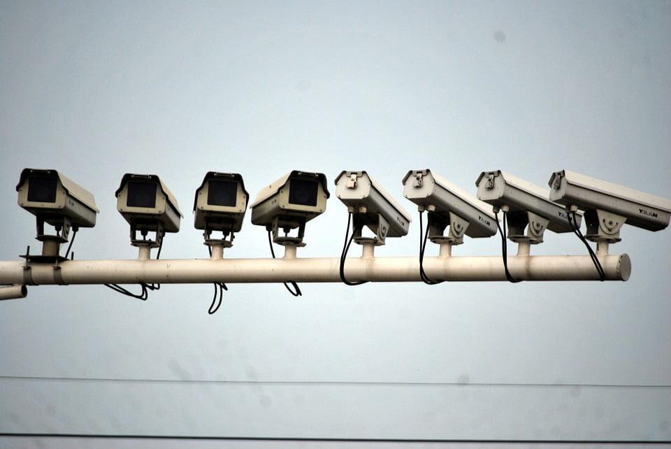 На фото изображены дорожные камеры