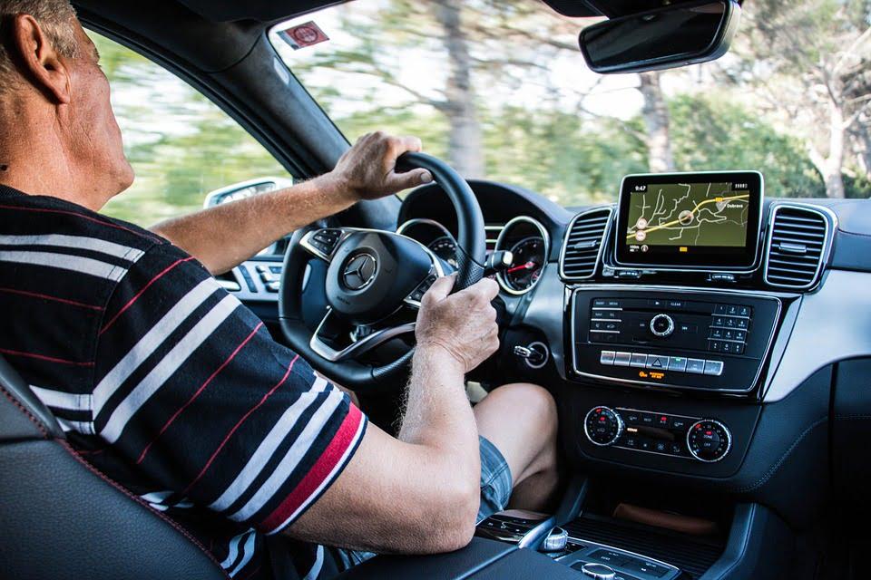 На фото мужчина за рулем