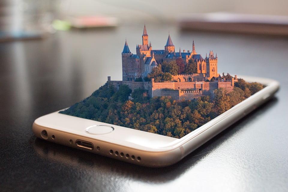 На фото изображен замок в 3d на телефоне