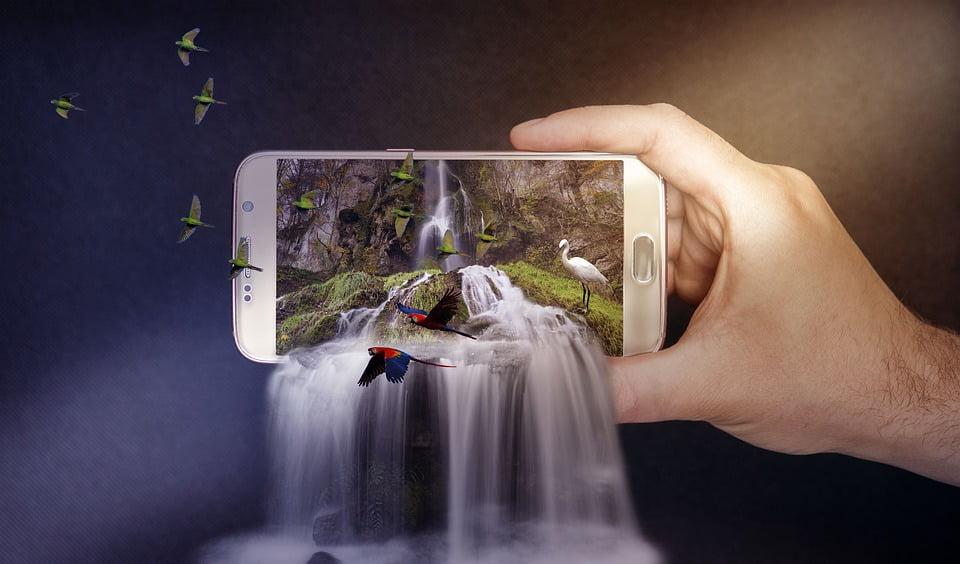 На фото изображено фото водопада на телефоне