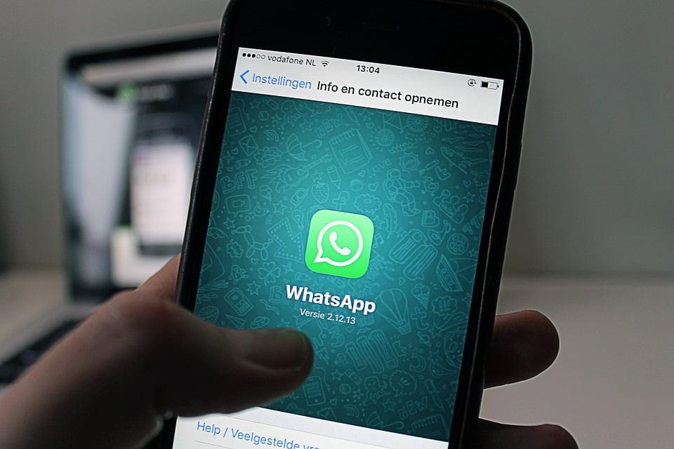 На фото изображено приложение WatsApp на телефоне