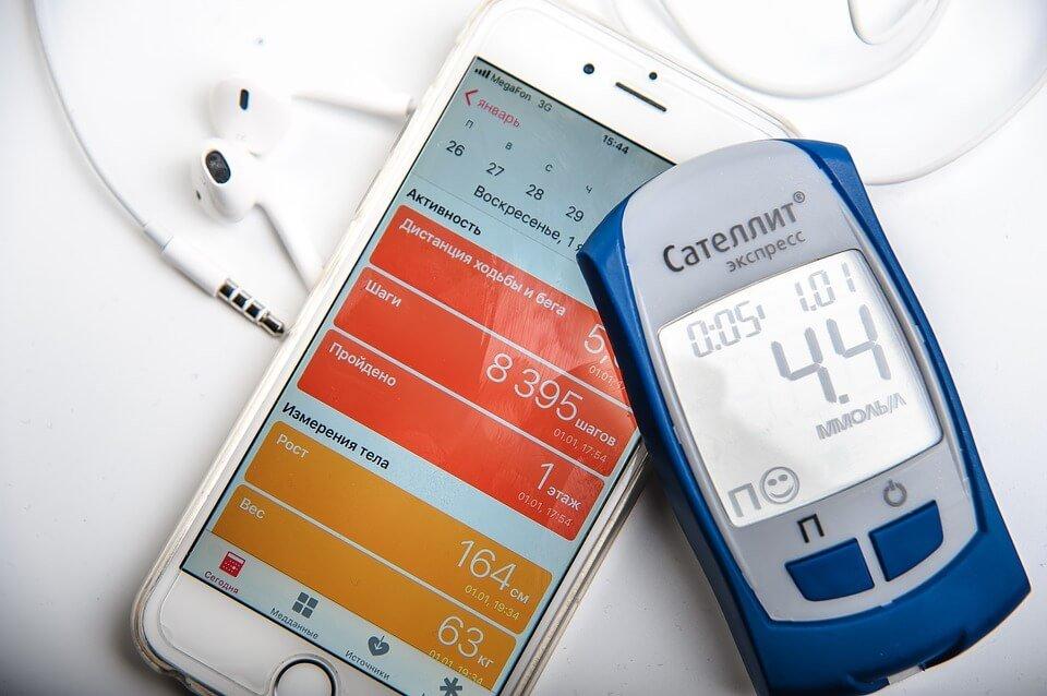 На фото изображено приложение шагомера в смартфоне.
