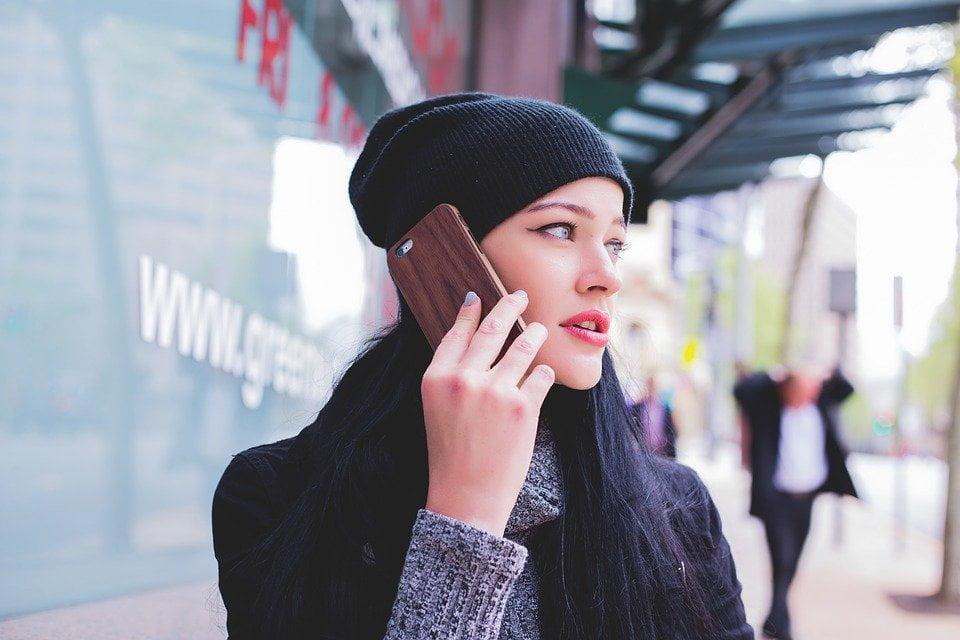 На фото девушка, говорящая по телефону.