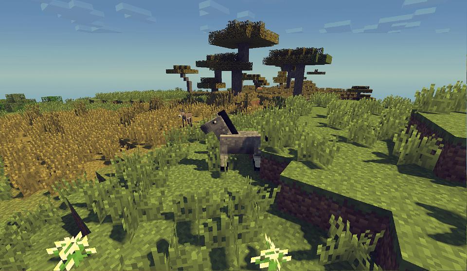 На фото изображена лошадь на лугу в приложении Майнкрафт.