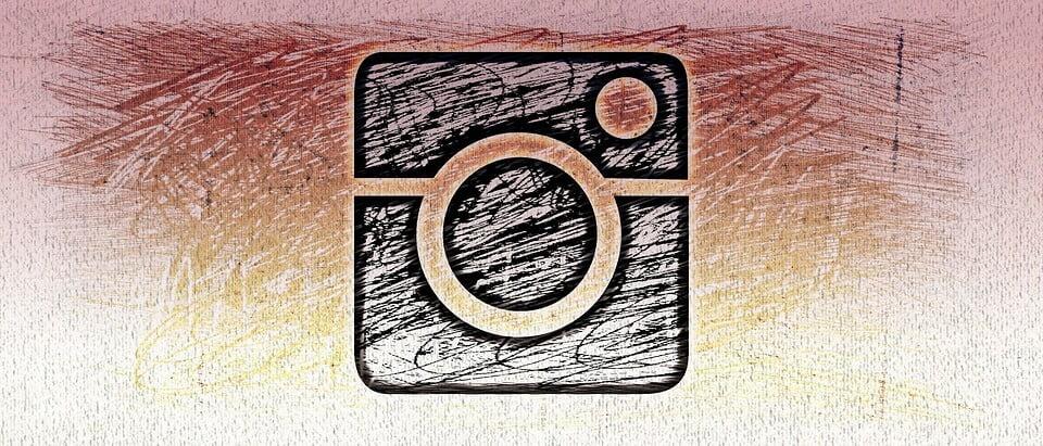На фото изображена нарисованная иконка приложения Instagram.