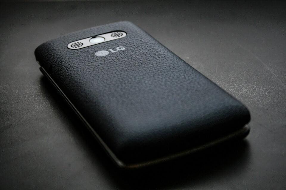 На фото изображен телефон LG.