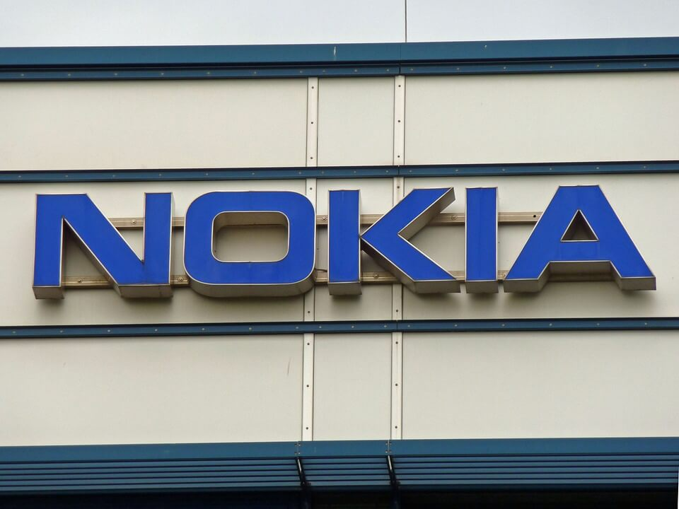 На фото изображен логотип Nokia.
