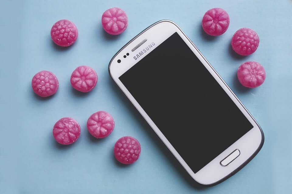 На фото изображен мобильный телефон Samsung.