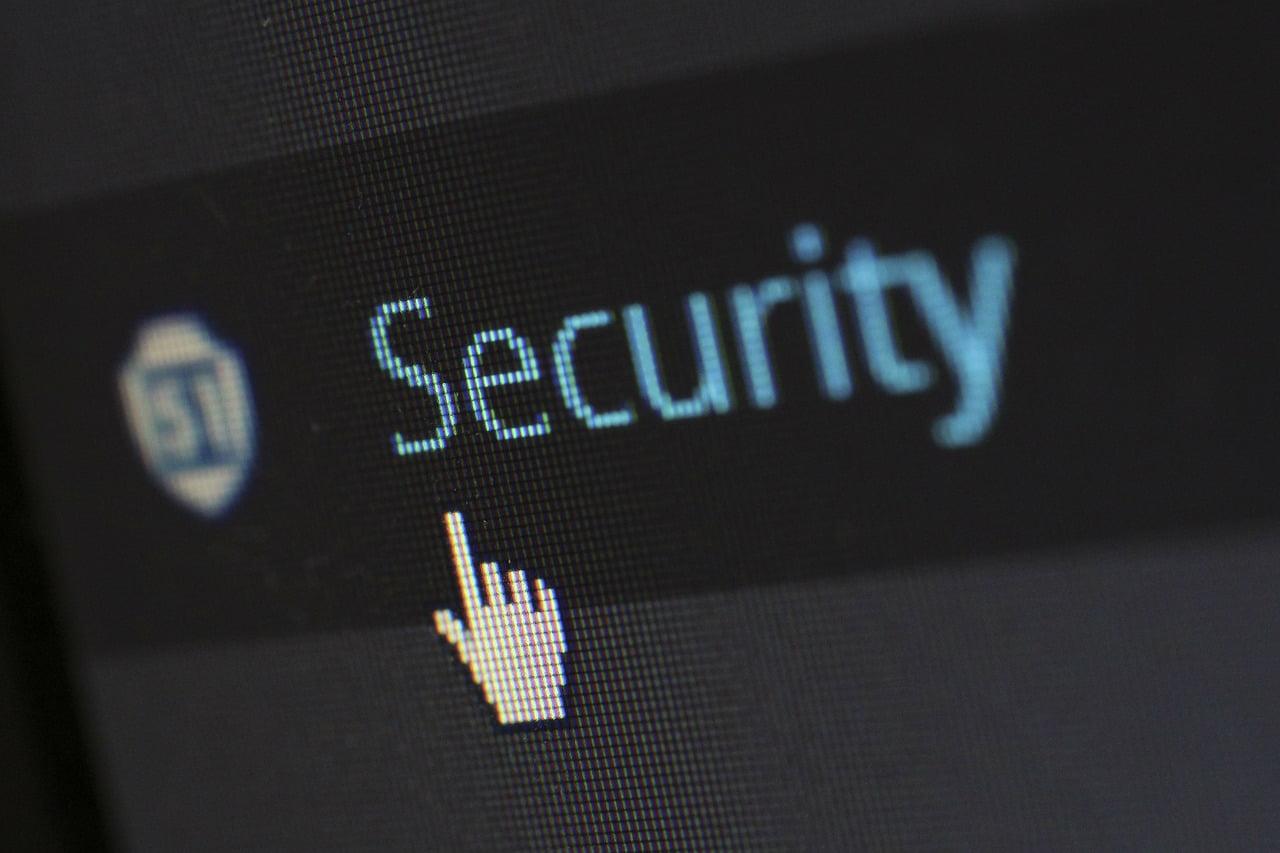 "На фото изображена надпись ""Security""."