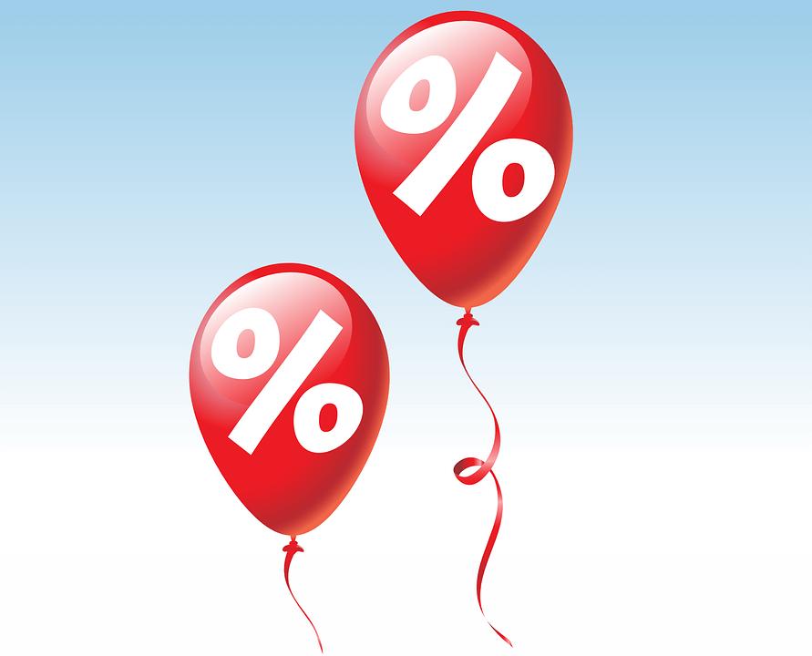 На фото изображено два воздушных шарика, на которых нарисован знак процента.