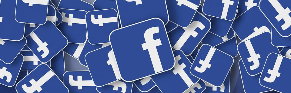 На фото изображены значки социальной сети Facebook.