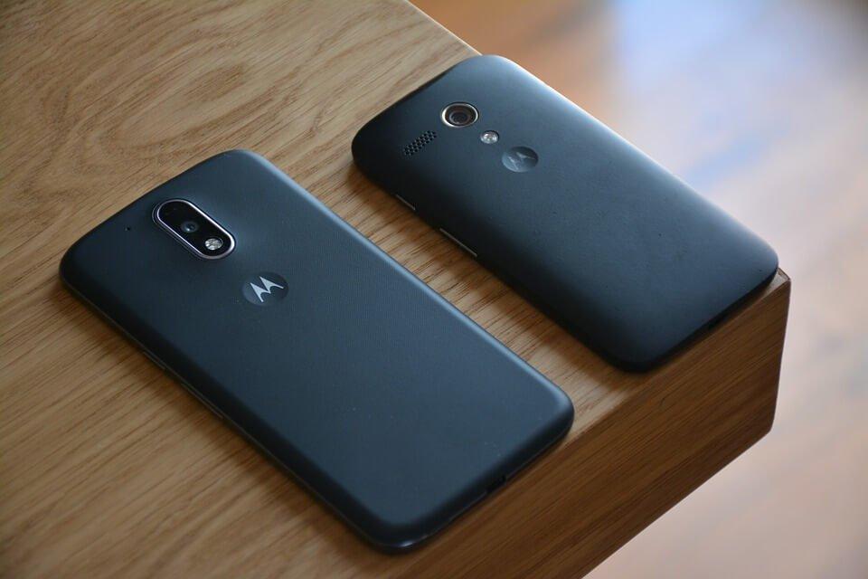 На фото изображены смартфоны Motorola.