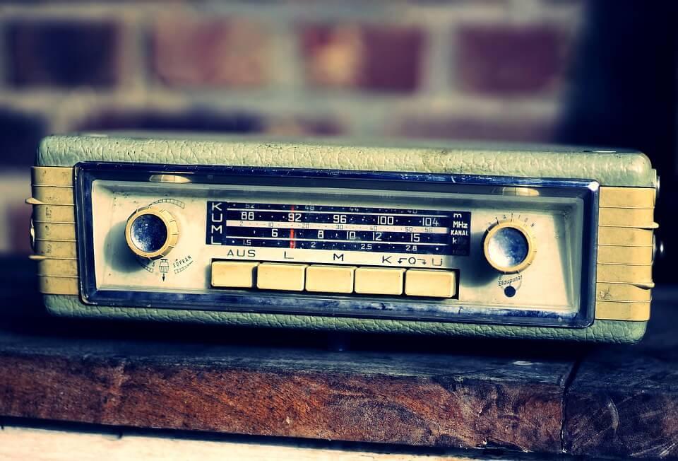 На фото изображен старый радиоприемник.