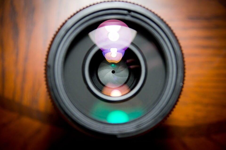 На фото изображен объектив фотокамеры.