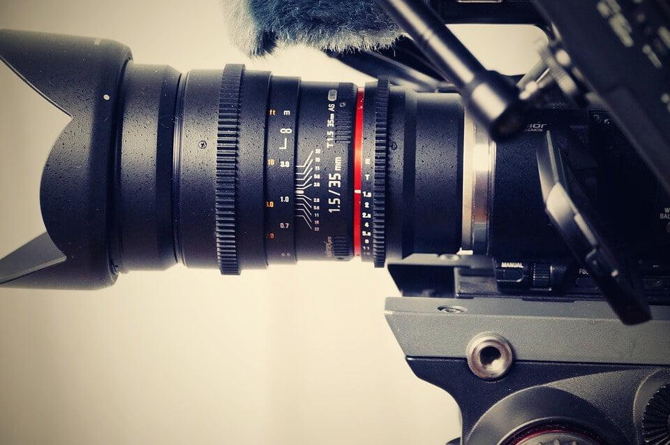 На фото изображен объектив видеокамеры.