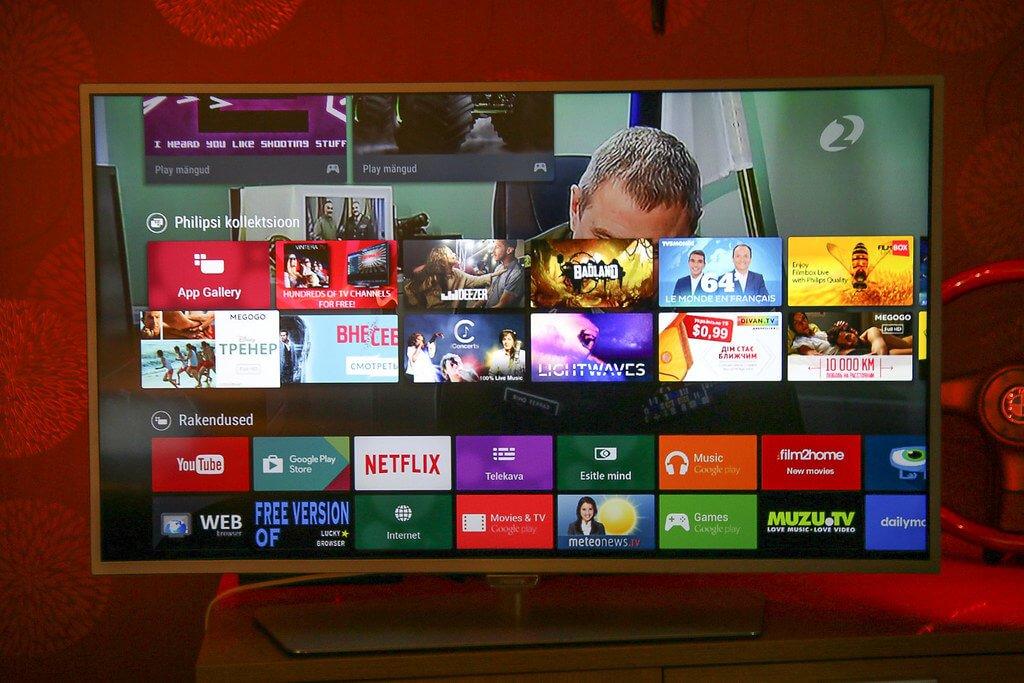 На фото изображен телевизор с разными каналами.