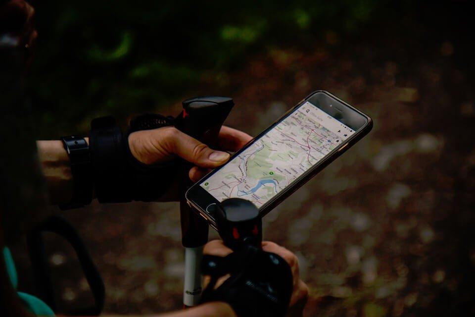 На фото изображено приложение навигатор ан смартфоне.