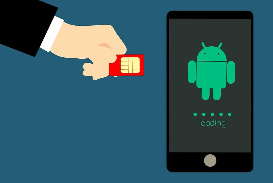 На фото изображены смартфон Android и сим карта.