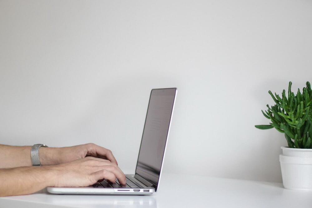На фото изображен ноутбук на Виндовс 10.