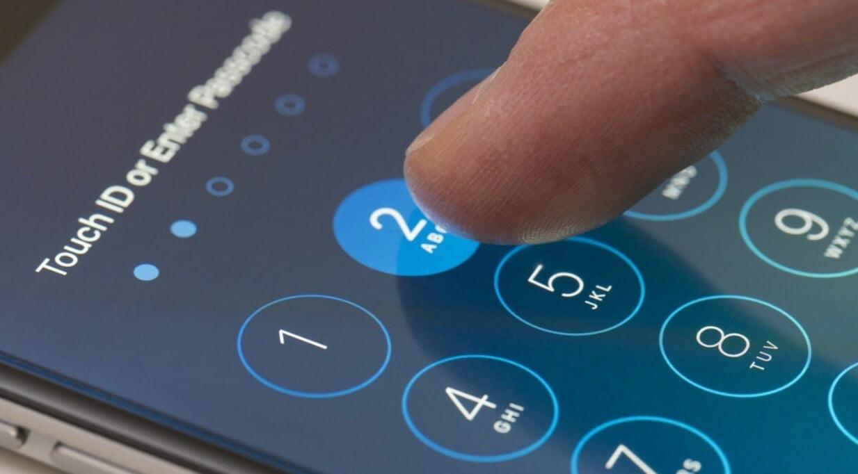 На фото изображена установка пароля на приложения Android.