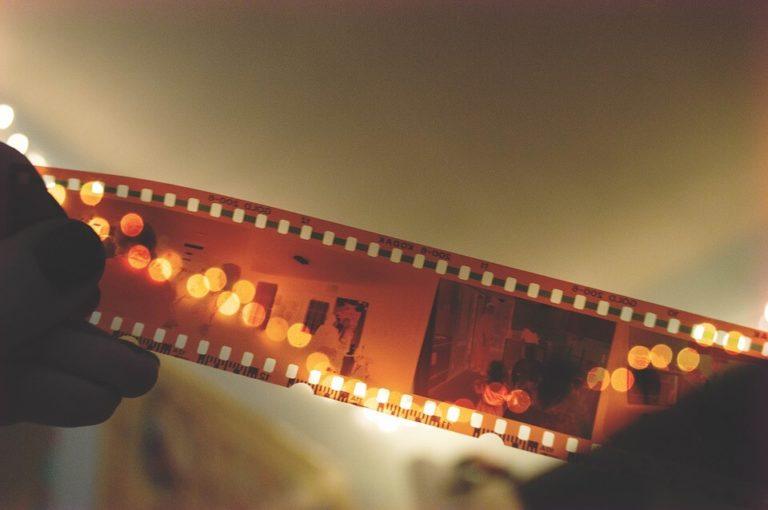 На фото изображена фотопленка.