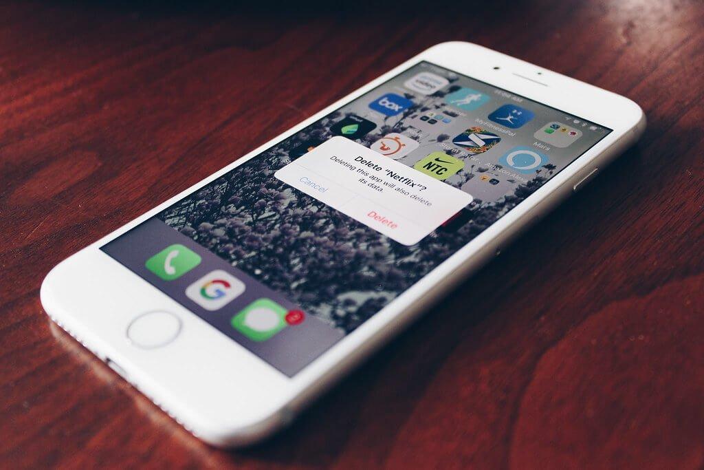 На фото изображено удаление приложения на смартфоне.